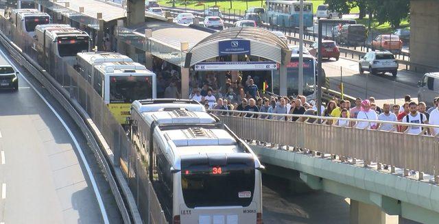 Zeytinburnu'nda arızalı metrobüs yoğunluğa neden oldu