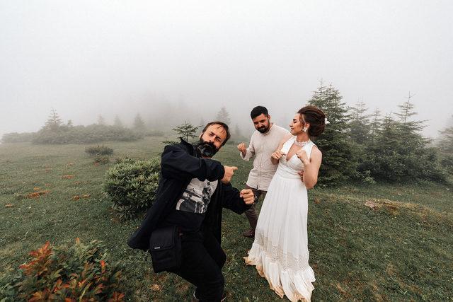RİZE'de, düğün fotoğraflarını yaylada çektiren Sercan Tura ile Deniz Yılmaz çifti, sis ve sağanak nedeniyle zor anlar yaşadı. ile ilgili görsel sonucu