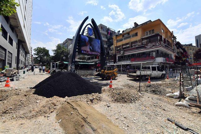 Kızılay'ın en büyük yaya bölgesi olarak bilinen Sakarya caddesi'nde kaldırım, bakım ve onarım çalışmaları tüm hızıyla devam ediyor