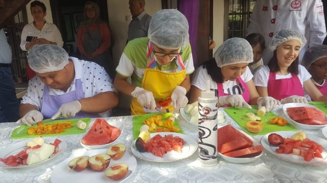 Engelli öğrenciler aşçılarla birlikte kokteyl hazırladı