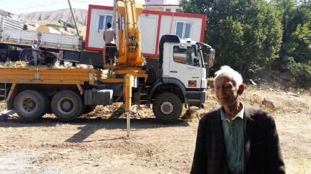 Yaşlı adam, konteyner eve kavuştu