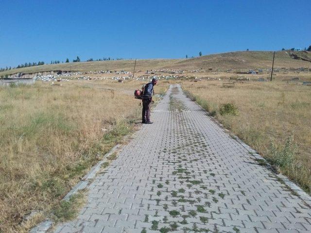 Çaldıran'da bayram öncesi mezarlık temizliği