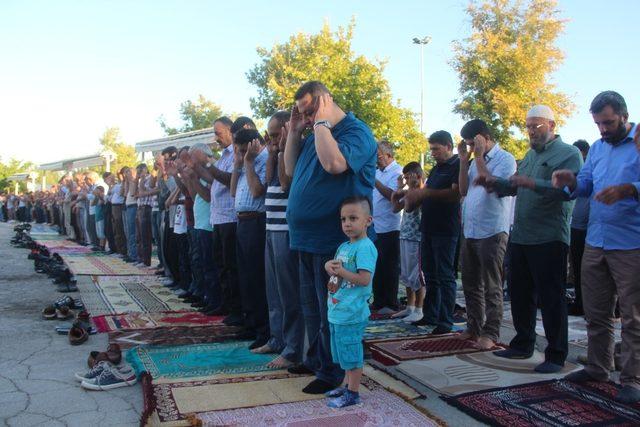Malatya'da bayram namazında camiler doldu taştı