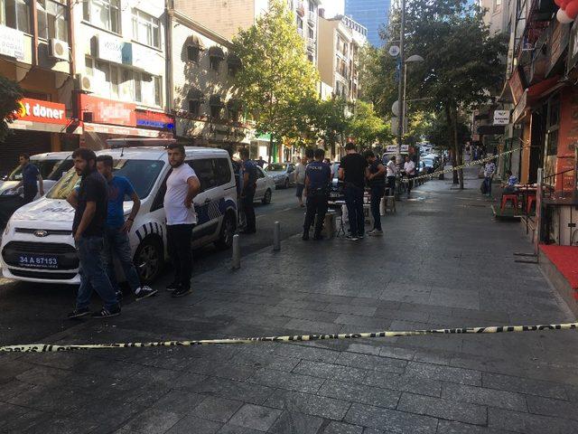 Kağıthane'de mahalle bekçisi kendisine silah çeken şahsı vurarak ağır yaraladı