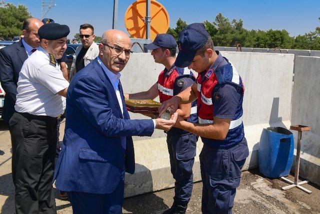 Vali Demirtaş, görevdeki güvenlik birimlerinin bayramını kutladı