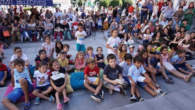 Mavi kukla oyunu ile çocuklar doyasıya eğlendi
