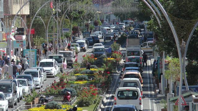 Bayburt'a tatilciler akın etti, kent doldu taştı