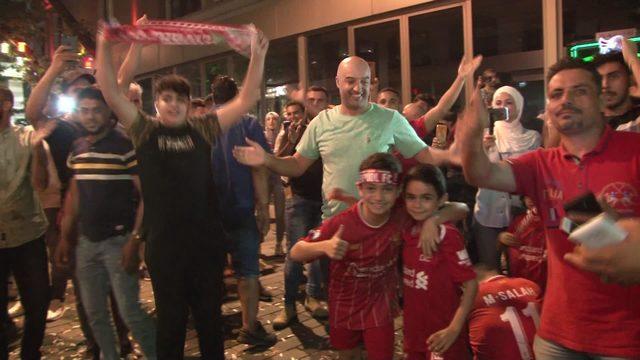 Liverpool taraftarının Taksim'de kupa kutlaması