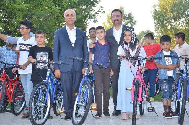 Elbistan Belediyesi'nden 100 çocuğa bisiklet