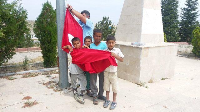 Minik gönüllerin bayrak sevgisi