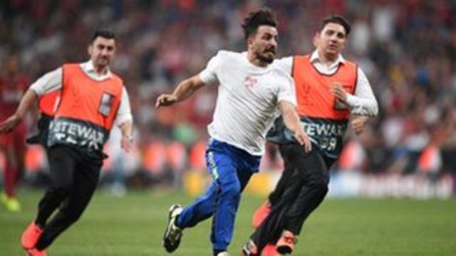 Fester Abdü - Liverpool-Chelsea Süper Kupa finalinde sahaya giren YouTuber gözaltında: 'Maçın heyecanı ile atladım'