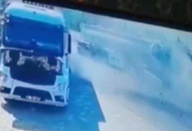 Akaryakıt tankerinin kamyona çarptığı kaza kamerada
