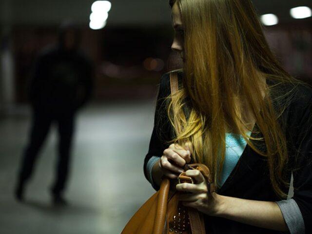 Seven Erkek Kıskanır Devri Bitti: Kadına Hayatı Zindan Eden Flört Şiddetinin Belirtileri