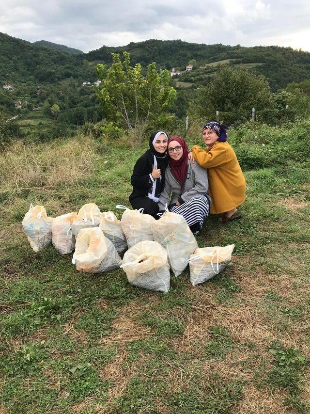 Kadınlar, piknik alanlarını temizledi