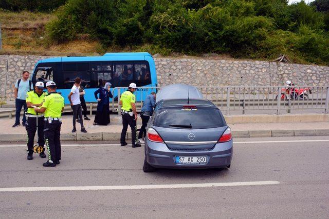 Sinop'ta otomobil karşı şeride uçtu: 2 yaralı
