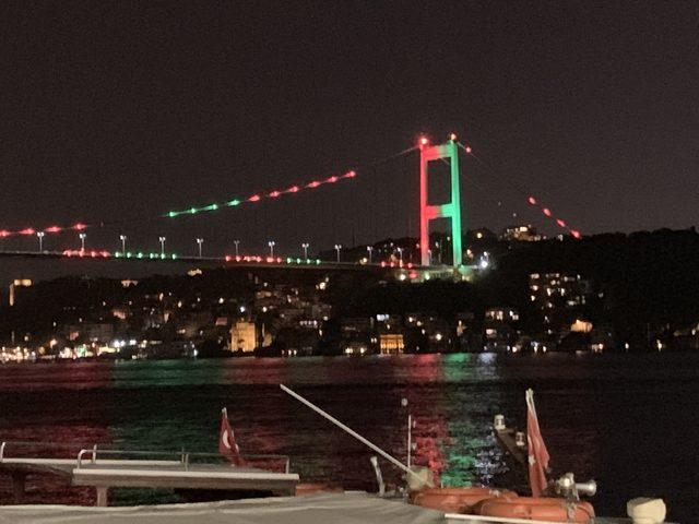 Köprüler Afganistan'ın kuruluş yıldönümü için kırmızı ve yeşil ile aydınlatıldı