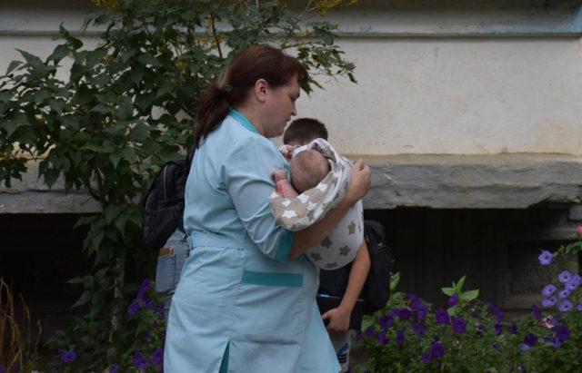 Babası tarafından camdan atılmak üzere olan bebek böyle kurtarıldı