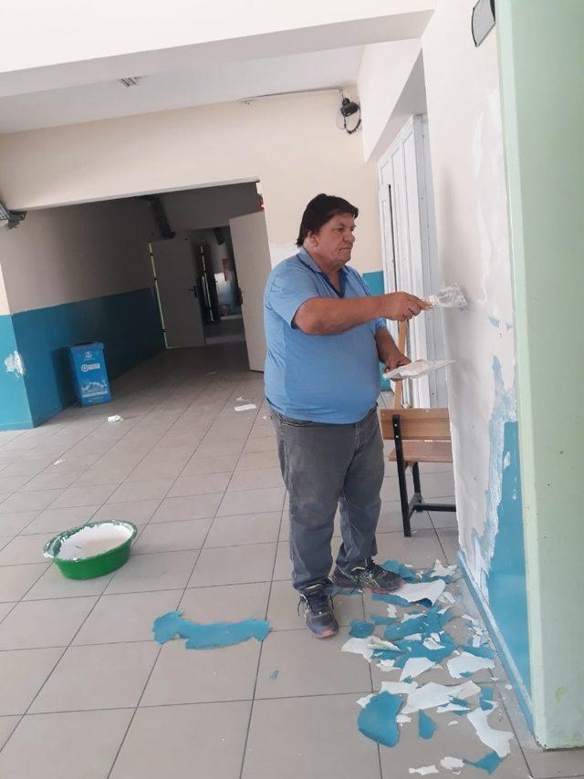 Muhtar okul boyadı