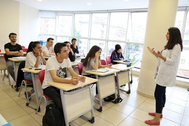 Ataşehir Belediyesi'nin ders ve etüt desteğiyle 220 aday üniversiteye yerleşti