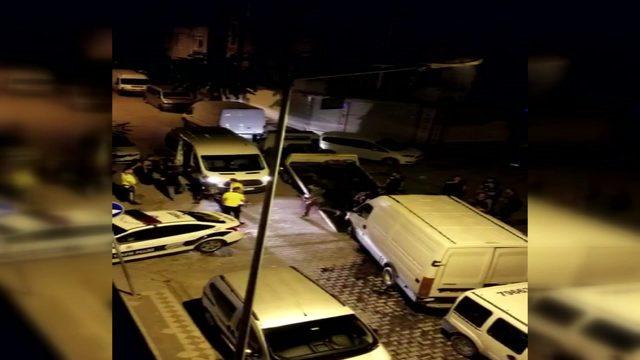 Sultangazi'de bekçilerden kaçarken kaza yapan minibüsten 45 kaçak göçmen çıktı