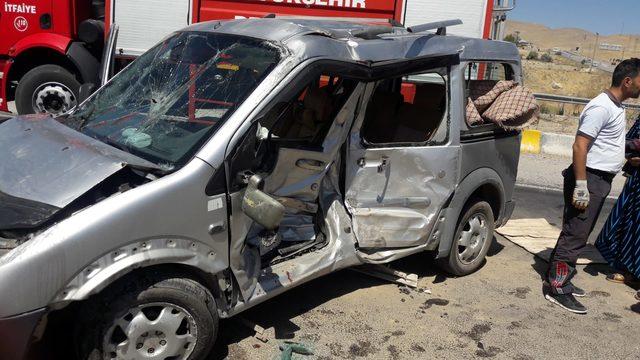 Kamyonet ile hafif ticari araç çarpıştı: 2'si ağır 6 yaralı