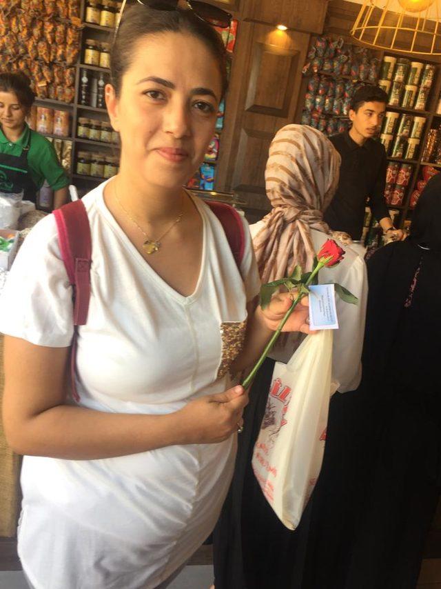 Kadına yönelik şiddete tepki için kadınlara gül dağıtıp, özür diledi