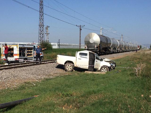 Yük treni kamyonete çarptı: 1 ölü,1 yaralı