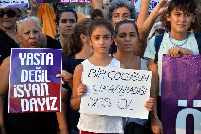 Mersin'de kadın cinayetleri protesto edildi