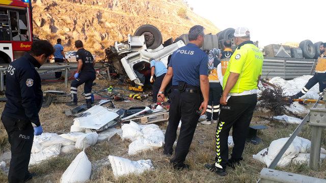 Ankara'da devrilen TIR'ın sürücüsü hayatını kaybetti