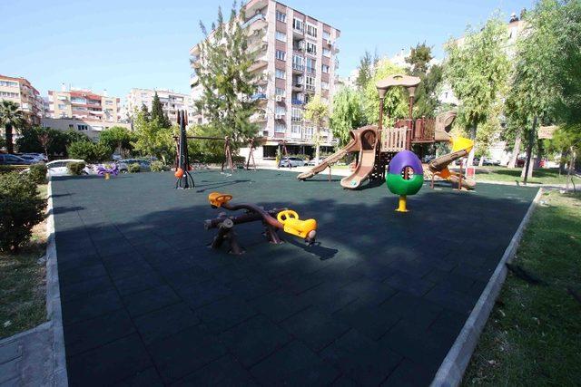 Bayraklı'da parklara kauçuk zemin