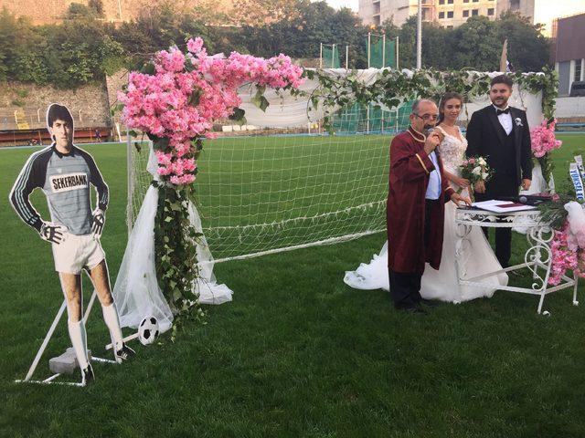 Futbol antrenörü stadyumda evlendi