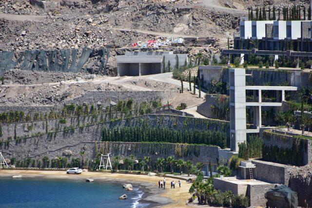 Bodrum'da inşaatı durdurulan projenin imara aykırı bölümlerinin yıkımı sürdü