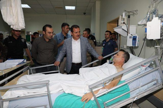 Vali Akbıyık, hastanede tedavi gören polisleri ziyaret etti