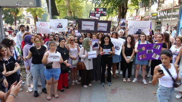 İzmit'te kadınlar Emine Bulut için oturma eylemi yaptı
