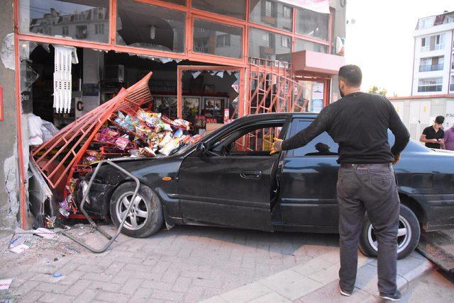 Eskişehir'de otomobil markete daldı