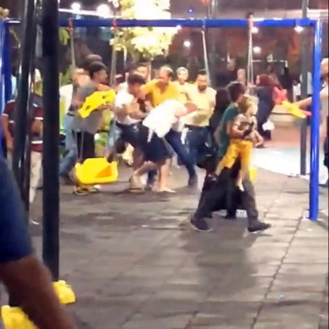 Parkta kavga eden kadınları eşleri ayırmakta güçlük çekti