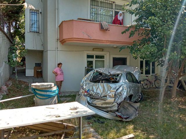 Beylikdüzü'nde otomobil 3 katlı evin bahçesine uçtu