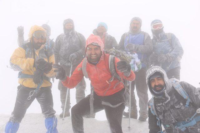 Ağrı Dağı'na tırmanıp, Van Gölü'ne dikkat çektiler