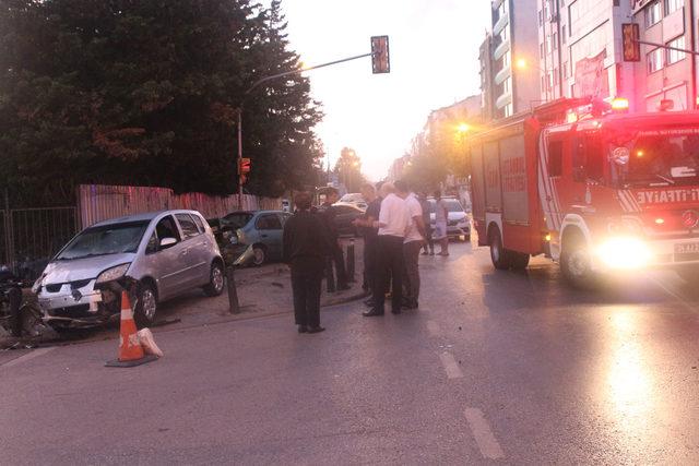 Ümraniye'de otomobil park halindeki araca çarptı