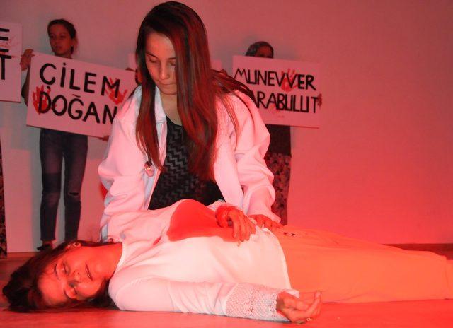 Sahnede Emine Bulut cinayeti duygulandırdı