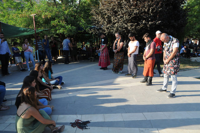 Tunceli'de kadına şiddete tepki için erkek etek giydi, kadınlar tespih salladı