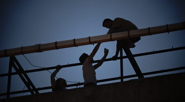 Sultangazi'de intihar girişimini görüntüleme yarışı