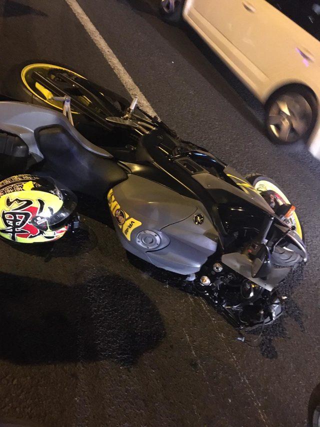 Motosikletten fırlayıp düştüğü otomobil üzerinde metrelerce ilerledi