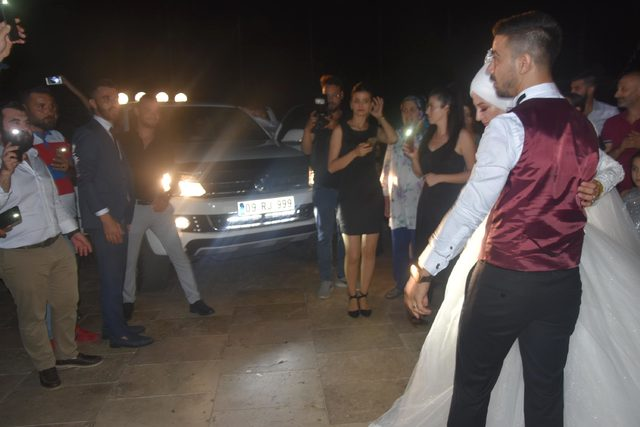 Elektrik kesilince, düğün kamyonetin ışık ve müzik sistemiyle yapıldı