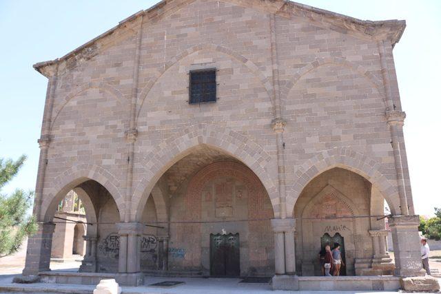 Tarihi kilisenin duvarlarına yazılan yazılar siliniyor