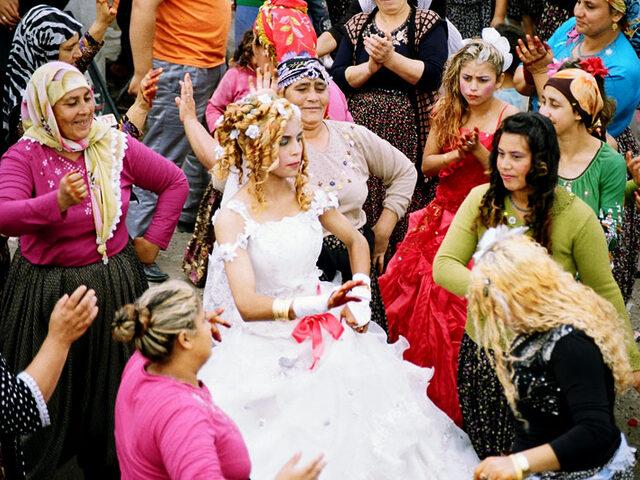 Çalgısız Yaşayamayanlar Buraya! Roman Düğünleri Hakkında Bilmeniz Gereken 10 İlginç Şey