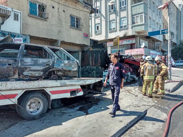 Sultangazi'de oto tamircisinde çıkan yangında 2 otomobil kül oldu