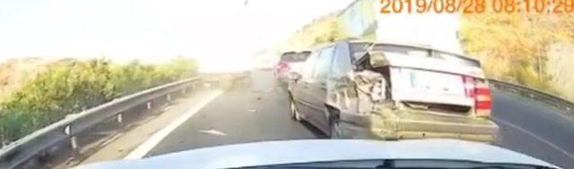 Otomobilin iki kamyonet arasında sıkıştığı kaza kamerada