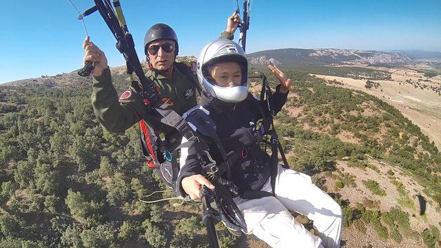 Çinli öğrencilerin yamaç paraşütü keyfi