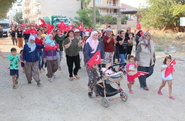 Mahalle sakinleri bozulan yolların onarılması için yürüyüş yaptı
